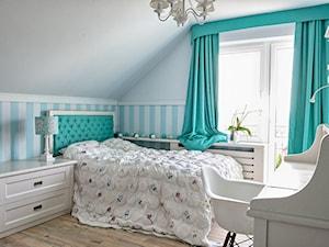 pokój księżniczki - Średni biały pastelowy miętowy pokój dziecka dla dziewczynki dla ucznia dla nastolatka, styl klasyczny - zdjęcie od Małgorzata Kamińska Projektant wnętrz