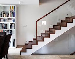 Wnętrze łączące elementy nowoczesne i kolonialne - Średnie wąskie schody dwubiegowe drewniane - zdjęcie od ayadesign