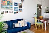 kobaltowa sofa