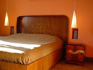 Mieszkanie prywatne, Warszawa ul. Koszykowa - Średnia pomarańczowa sypialnia małżeńska, styl art deco - zdjęcie od hmarchitekci