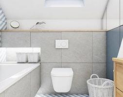 PROJEKT DOMU | BANINO | 2017 - Mała biała niebieska łazienka na poddaszu w domu jednorodzinnym z oknem, styl skandynawski - zdjęcie od kuldesign