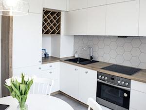 Geometric fusion - Średnia otwarta biała kuchnia w kształcie litery l, styl eklektyczny - zdjęcie od Zolnik Pracownia