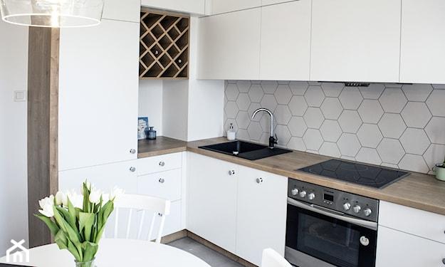 płytki sześcienne w kuchni, białe meble kuchenne, białe szafki