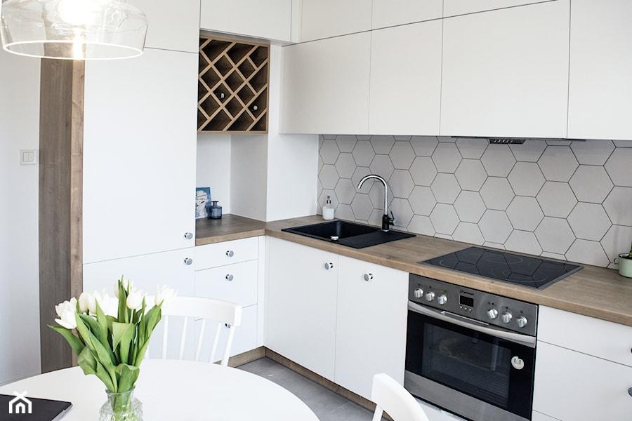 Geometric fusion  Średnia otwarta kuchnia w kształcie litery l, styl eklekty   -> Biala Kuchnia Bialy Okap