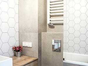 Geometric fusion - Mała biała łazienka w bloku w domu jednorodzinnym bez okna, styl nowoczesny - zdjęcie od Zolnik Pracownia