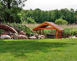 Duży ogród za domem z oczkiem wodnym - zdjęcie od addGreen Architektura Krajobrazu