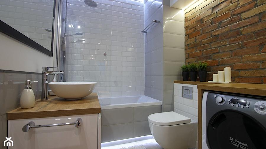 Mieszkanie 50m - Mała biała łazienka na poddaszu w bloku w domu jednorodzinnym bez okna, styl skandynawski - zdjęcie od Magdalena Kruczyk 2