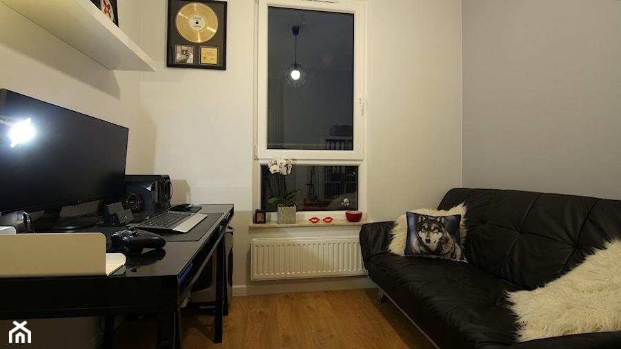 Aranżacje wnętrz - Biuro: Mieszkanie 50m - Małe szare biuro domowe kącik do pracy w pokoju, styl minimalistyczny - Magdalena Kruczyk 2. Przeglądaj, dodawaj i zapisuj najlepsze zdjęcia, pomysły i inspiracje designerskie. W bazie mamy już prawie milion fotografii!