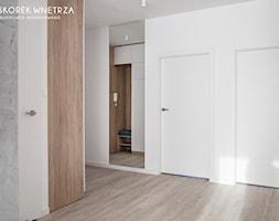 Projekt mieszkania 70m2, Łódź - Średni szary hol / przedpokój, styl minimalistyczny - zdjęcie od SKOREK WNĘTRZA