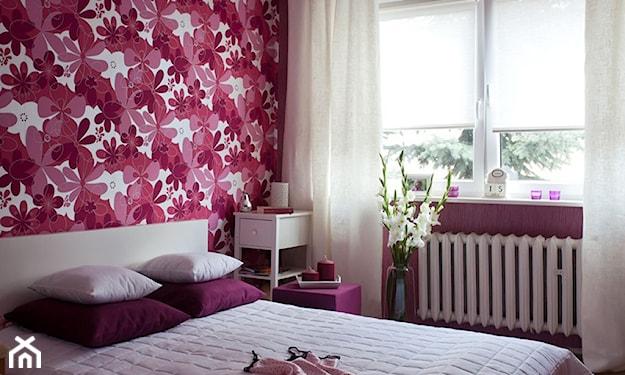 tapeta w różowe wzory w sypialni