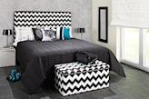 zagłówek łóżka w zygzaki, szara narzuta, skrzynia w biało-czarne zygzaki, szara podłoga