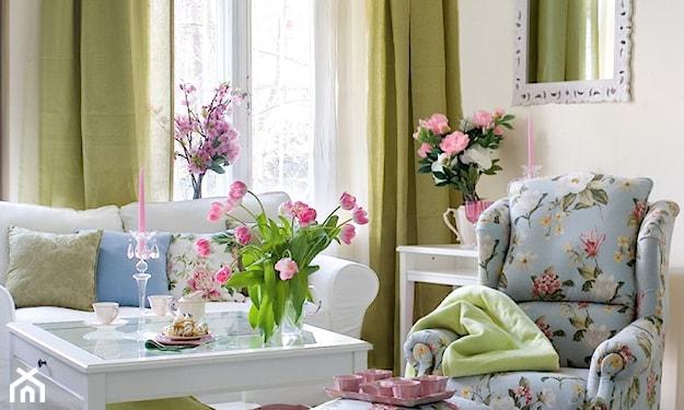 zielone zasłony, biały stolik, błękitny fotel w kwiaty, biała sofa, lustro w ozdobnej ramie