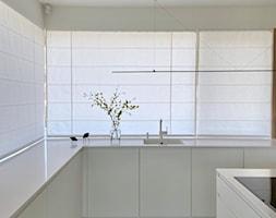 Rolety rzymskie jako minimalistyczna forma dekoracji okiennych - zdjęcie od Dekoria.pl - Homebook