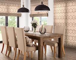 roleta rzymska z kolekcji Rustica, stół Loft&Rustic, krzesło Andrea, lampa wisząca, wazon Gimbal - zdjęcie od Dekoria.pl