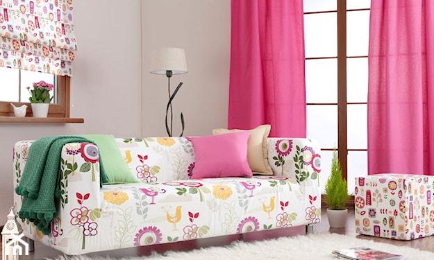 biały dywan z długim włosiem, biała sofa w kolorowe kwiaty, różowe zasłony