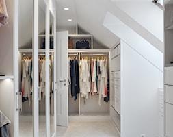 DOM NY konkurs - Średnia garderoba z oknem na poddaszu, styl tradycyjny - zdjęcie od Republika Architektury