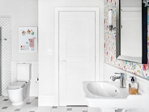 DOM NY konkurs - Mała biała łazienka na poddaszu w bloku w domu jednorodzinnym bez okna, styl nowojorski - zdjęcie od Republika Architektury