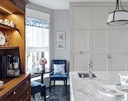 DOM NY konkurs - Średnia zamknięta szara kuchnia w kształcie litery l z wyspą z oknem, styl nowojorski - zdjęcie od Republika Architektury