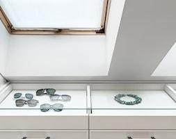 DOM NY konkurs - Mała garderoba z oknem na poddaszu, styl tradycyjny - zdjęcie od Republika Architektury