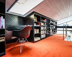 DOM M - Duże czarne biuro pracownia na poddaszu - zdjęcie od Republika Architektury
