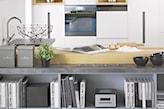 szary regał z książkami, białe meble kuchenne, kuchnia otwarta na salon