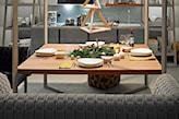 szara sofa, drewniany stolik kawowy