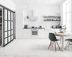 Kuchnia - Mała otwarta biała kuchnia jednorzędowa w aneksie z oknem, styl skandynawski - zdjęcie od Amica - Homebook