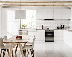 Kuchnia - Duża biała kuchnia w kształcie litery l w aneksie z oknem, styl skandynawski - zdjęcie od Amica - Homebook