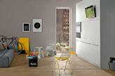 żółte druciane krzesło, metalowy taboret, beżowe ściany