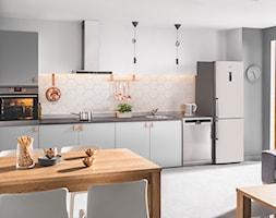Kuchnia - Średnia otwarta szara kuchnia jednorzędowa w aneksie z oknem, styl skandynawski - zdjęcie od Amica - Homebook