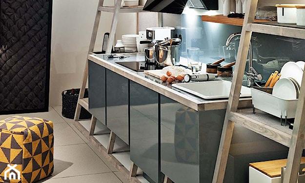 siwe szafki kuchenne, drewniana półka w kuchni, beżowe płytki w kuchni