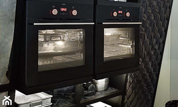 czarny piekarnik Amica w zabudowanej kuchni
