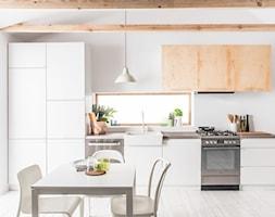 Kuchnia - Średnia otwarta biała kuchnia jednorzędowa z oknem, styl skandynawski - zdjęcie od Amica - Homebook