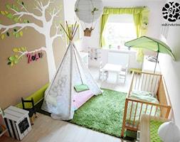 Średni biały beżowy pastelowy pokój dziecka dla dziewczynki dla niemowlaka, styl nowoczesny - zdjęcie od MESH