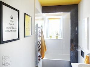 Mieszkanie singielki M_58 Wrocław - Mała biała łazienka w domu jednorodzinnym z oknem, styl nowoczesny - zdjęcie od MESH