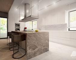 Dom w nowoczesnym stylu - Duża zamknięta biała kuchnia w kształcie litery l z wyspą z oknem, styl n ... - zdjęcie od MKdesigner - Homebook