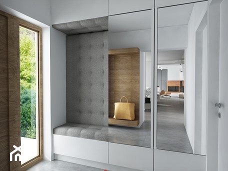 Aranżacje wnętrz - Hol / Przedpokój: MIESZKANIE Z RZEŹBĄ - Średni biały hol / przedpokój, styl nowoczesny - MKdesigner. Przeglądaj, dodawaj i zapisuj najlepsze zdjęcia, pomysły i inspiracje designerskie. W bazie mamy już prawie milion fotografii!