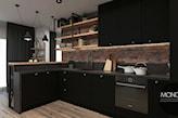 czarna kuchnia z cegłą