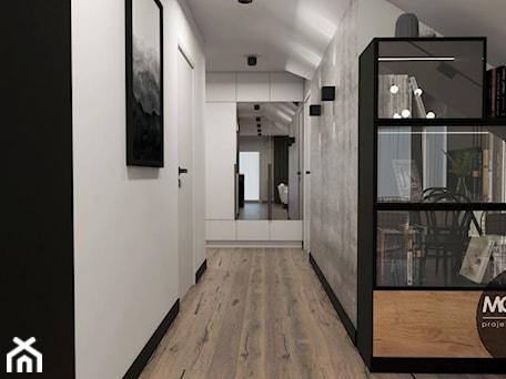 Aranżacje wnętrz - Garderoba: MONOstudio - projektowanie wnętrz - MONOstudio. Przeglądaj, dodawaj i zapisuj najlepsze zdjęcia, pomysły i inspiracje designerskie. W bazie mamy już prawie milion fotografii!