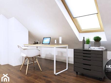 Aranżacje wnętrz - Biuro: Domowe biuro - MONOstudio. Przeglądaj, dodawaj i zapisuj najlepsze zdjęcia, pomysły i inspiracje designerskie. W bazie mamy już prawie milion fotografii!