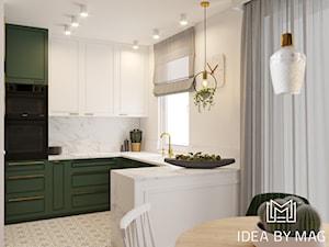 Klasa. - Średnia biała kuchnia w kształcie litery u w aneksie z wyspą z oknem - zdjęcie od Idea by Mag.