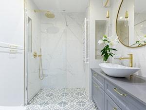 """Realizacja projektu ,,Pastelowa elegancja"""" - Średnia biała szara łazienka w bloku w domu jednorodzinnym bez okna, styl nowoczesny - zdjęcie od Idea by Mag."""