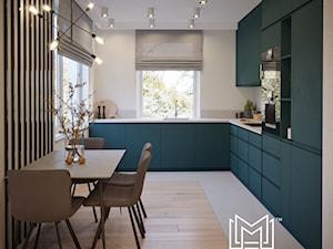 Nowoczesne wnętrze z nutą koloru - Średnia zamknięta biała beżowa kuchnia w kształcie litery l z oknem, styl nowoczesny - zdjęcie od Idea by Mag.