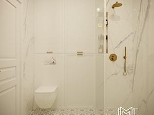 Pastelowa elegancja - Średnia biała łazienka w bloku w domu jednorodzinnym bez okna, styl nowojorski - zdjęcie od Idea by Mag.