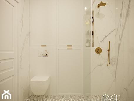 Aranżacje wnętrz - Łazienka: Pastelowa elegancja - Średnia biała łazienka w bloku w domu jednorodzinnym bez okna, styl nowojorski - Idea by Mag.. Przeglądaj, dodawaj i zapisuj najlepsze zdjęcia, pomysły i inspiracje designerskie. W bazie mamy już prawie milion fotografii!