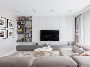 """Realizacja projektu ,,Szara elegancja"""" - Duży biały beżowy salon, styl minimalistyczny - zdjęcie od Idea by Mag."""