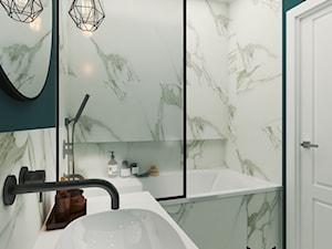 Marmur z dodatkiem koloru, połączenie idealne - Mała biała zielona łazienka w bloku bez okna, styl klasyczny - zdjęcie od Idea by Mag.