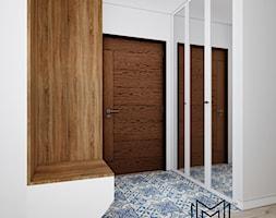 Klatka. - Średni biały hol / przedpokój, styl prowansalski - zdjęcie od Idea by Mag.
