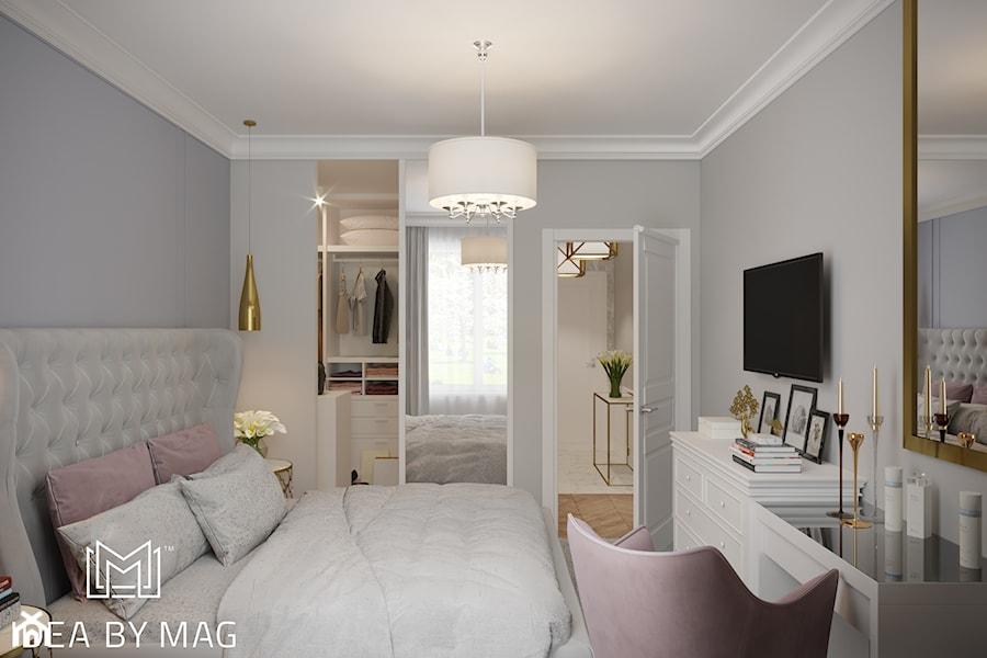 Pastelowa elegancja - Średnia szara sypialnia małżeńska z garderobą, styl klasyczny - zdjęcie od Idea by Mag.