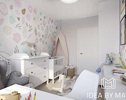 Nadmorskie klimaty - Średni biały szary pokój dziecka dla chłopca dla dziewczynki dla ucznia dla niemowlaka, styl skandynawski - zdjęcie od Idea by Mag.